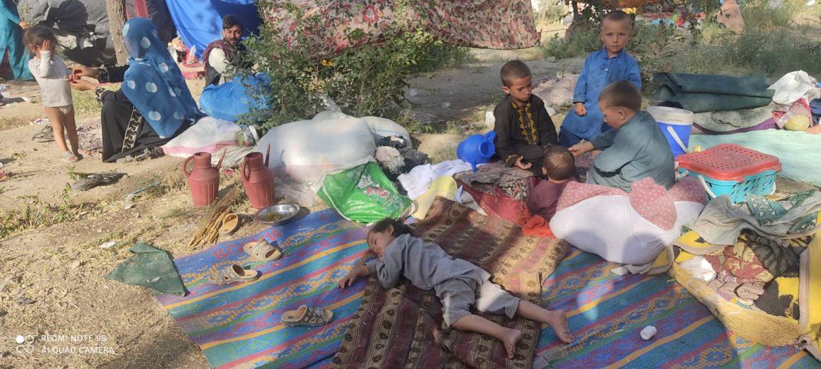 Binnenvertriebene an der Ausfallstraße von Kabul